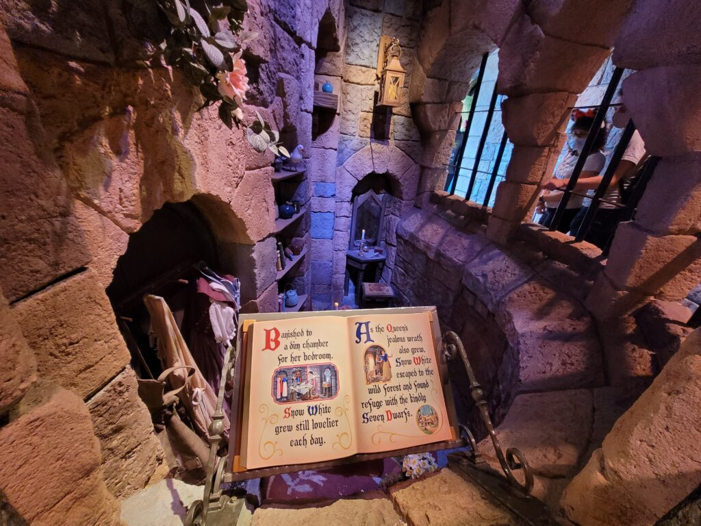 Snow White's Enchanted Wish Queue - Story Book & Chambers