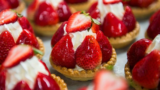 les-halles-boulangerie-patisserie-strawberry-dessert-16x9
